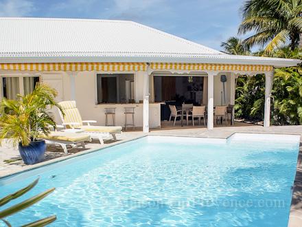 villa piscine priv e 400 m pied d 39 une plage de sable. Black Bedroom Furniture Sets. Home Design Ideas